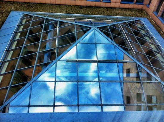NH Dortmund: Blick auf die Bar im Innenhof mit Glasdach