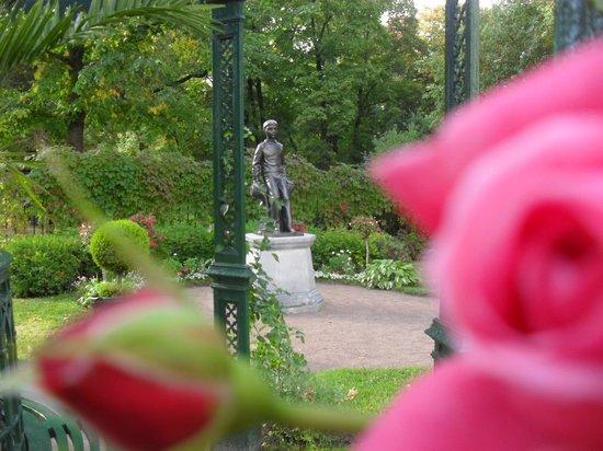 Cottage Palace in Peterhof: памятник Алешеньке