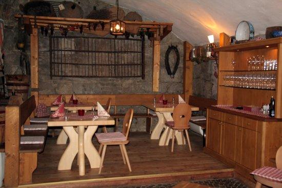 Elisabeth Keller Restaurant & Pizzeria: uno scorcio della cantina in pietra