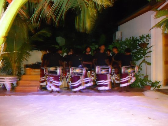 Stingray Beach Inn: A nice and well kept courtyard where local folk dance and music is arranged