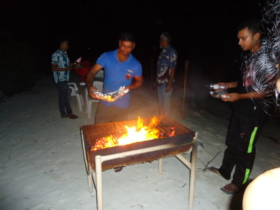 Stingray Beach Inn : staff helping in setting up the BBQ dinner