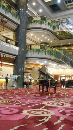 New Century Hotel : 吹きぬけのフロントロビーが高級感あり
