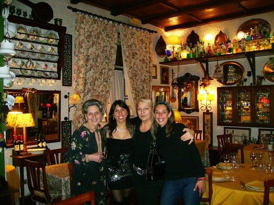 Al Cantuccio: Nella sala principale mia moglie la sua amica con Mirella (a sinistra) e Carla che le abbraccia
