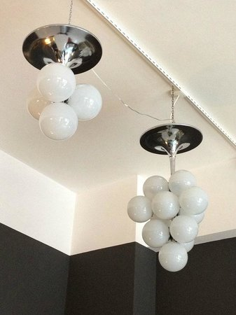 Lampadario Con Sfere Di Cristallo.Lampadari Vintage Restaurati A 13 E 4 Sfere Di Vetro Lattimo Foto
