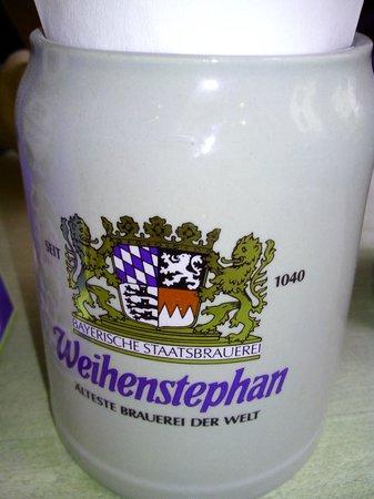 Weihenstephaner: Il boccale in ceramica che funge da porta posate e tovaglioli, presente su ogni tavolo