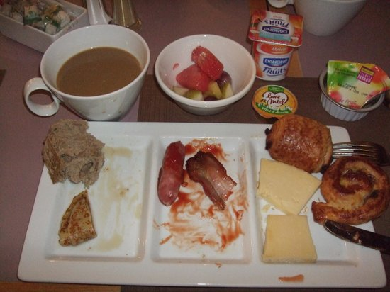 Villa Bellagio - Blois : 朝食のビュッフェも美味しかった(食べている途中でごめんなさい)