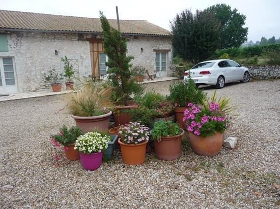 Le Domaine de Rudel: The courtyard of Domaine de Rudel. Lovely pots.