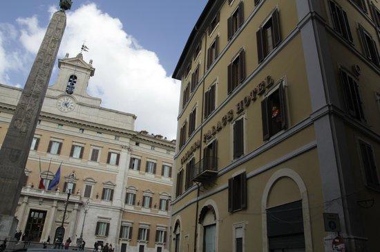 Colonna Palace Hotel: вид на боковую стену отеля