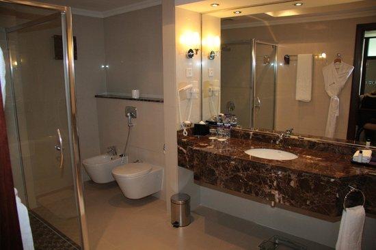Park Regis Kris Kin Hotel : Very well appointed, large bathroom.