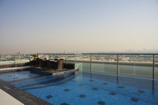 Park Regis Kris Kin Hotel : Nice rooftop pool with exceptional views.