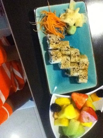 The Westin Beach Resort, Fort Lauderdale: Kids sushi rolls made w cooked chicken, side of fruit salad-- at Waves restaurant.