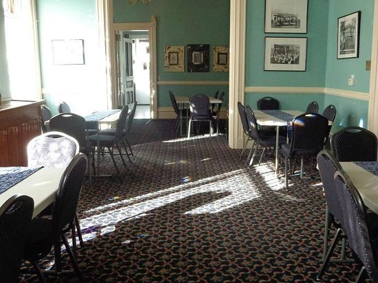Hostelling International Sacramento: dining area