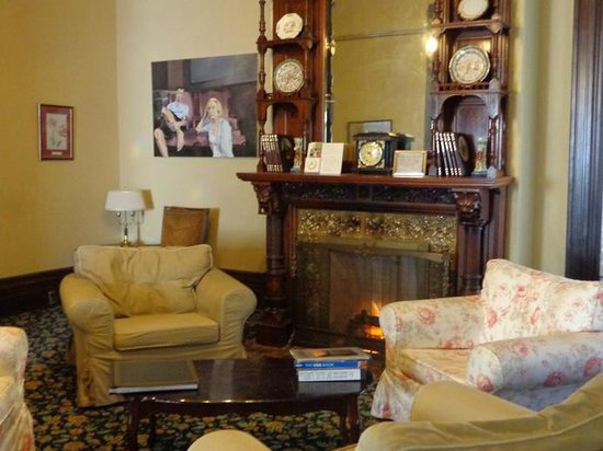 Hostelling International Sacramento: one of the sitting rooms