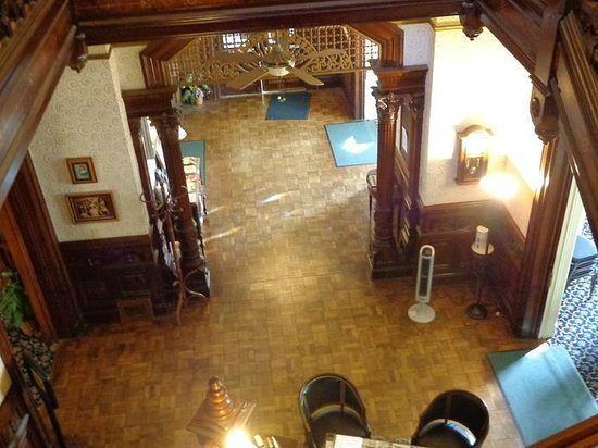 Hostelling International Sacramento: View from the top of the stairs to the main entrance