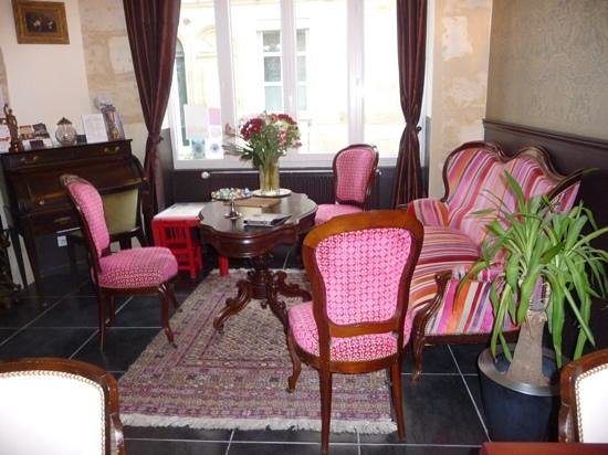 Au Coeur de Bordeaux - Chambres et Table d'hotes: The lobby or sitting room.