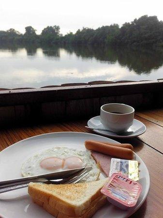 Bua Sawan Resort: อาหารเช้ามีให้เลือก 2 แบบ คือข้าวต้ม หรือ อเมริกันเบรคฟาสต์