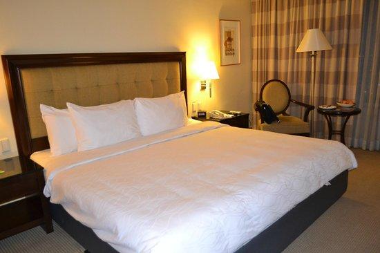 The Bellevue Manila: Номер кровать