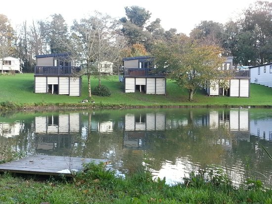 Hengar Manor Country Park: Waterside cabins