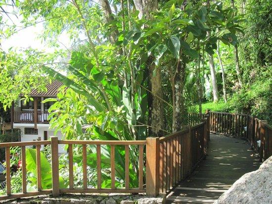 Hotel Coquille - Ubatuba: Vista da Passarela para o refeitório.