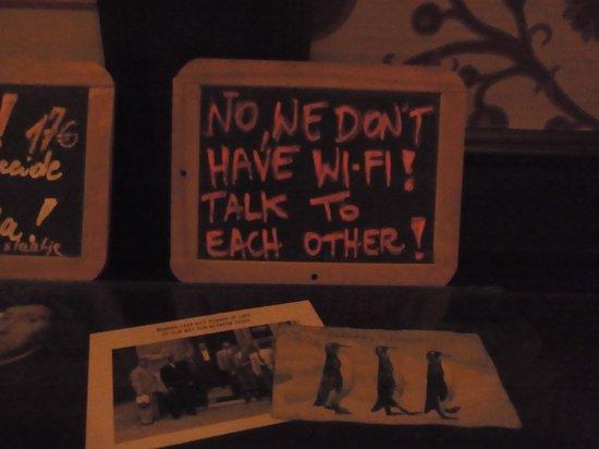 Parazzar: Таблички внутри ресторана
