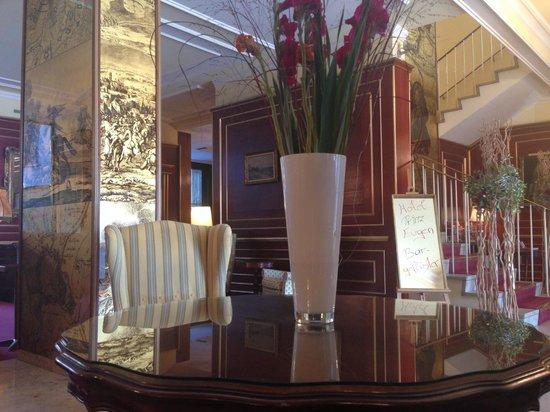 Novum Hotel Prinz Eugen Wien: Фото Лобби бара. Ресепшн справа.