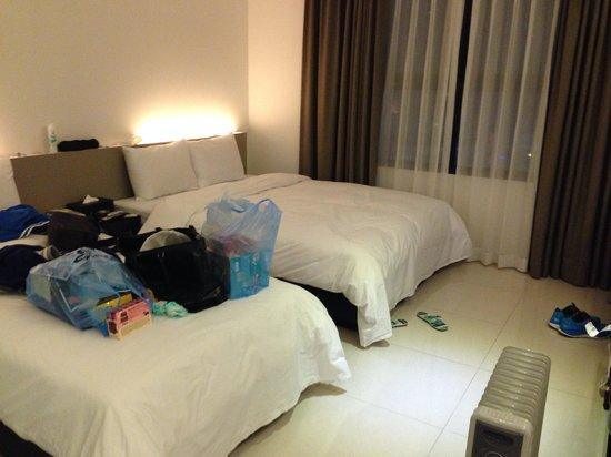 I Google Hotel: 床有一點硬,一大張,一小張,棉被很暖。