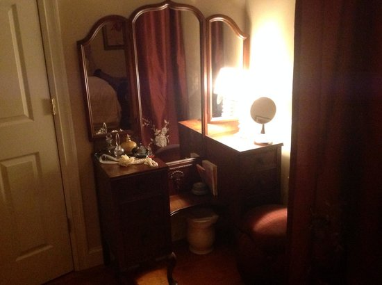 A Stone's Throw Bed and Breakfast: Boudoir dressing area