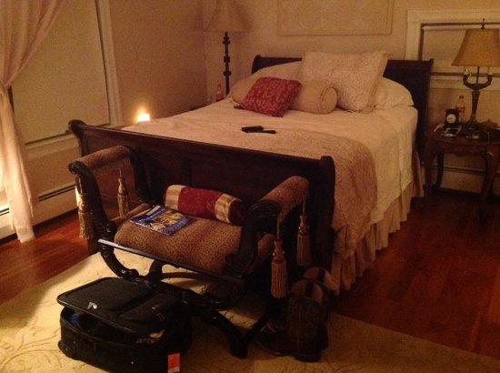 A Stone's Throw Bed and Breakfast: Beautiful comfortable bed!