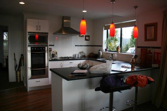 Bayview at 91 Boutique & Lodge 5 Star: L'espace cuisine dans le salon dans la suite Kupe
