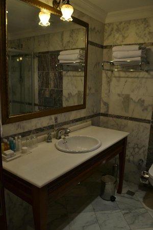 Acra Hotel: Ванная комната
