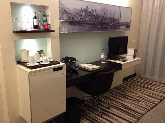 Bureau et mini bar picture of movenpick hotel lausanne lausanne