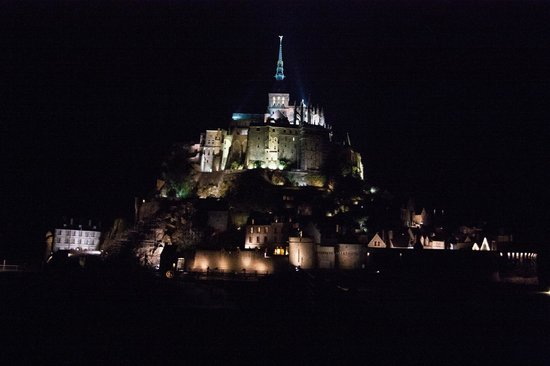 Best Western Le Moulin De Ducey : St. Mont-Michel at night