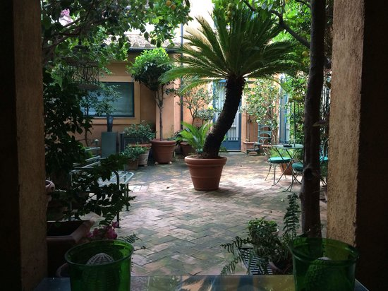 Buonanotte Garibaldi B&B: The courtyard