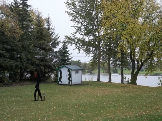 Bridgeview Bed & Breakfast: There is ample space to play with dogs or watch the river!