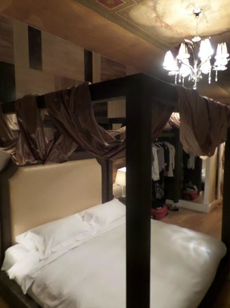 Spagna Royal Suite Rome: comfy bed and beautiful decor
