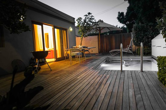 Franschhoek Villas: Evening view of pooldeck