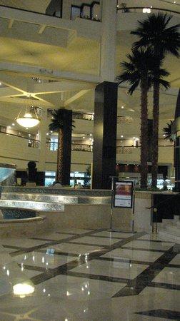 Roda Al Bustan Dubai Airport: холл