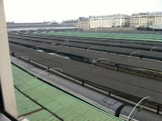 Ibis Styles Paris Gare de l'Est Château Landon : View from corridor (Not from room) over railway station