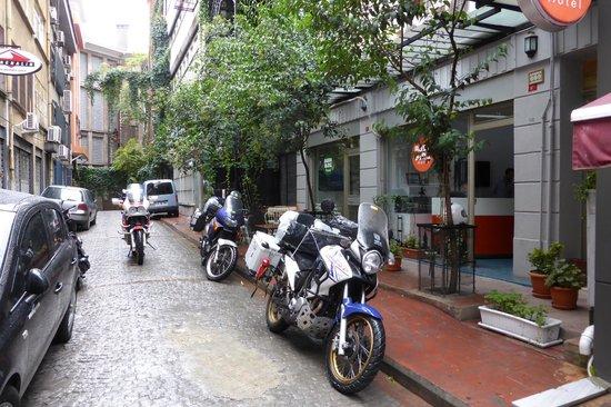 Bada Bing Hostel: Hostel street view.