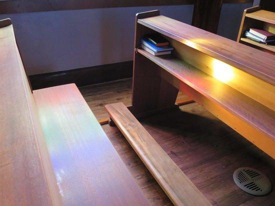 Kurosaki Church : ステンドグラスの影