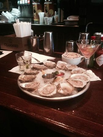 Pearlz Oyster Bar : Oysters on the Half Shell During Happy Hour - FABULOUS!