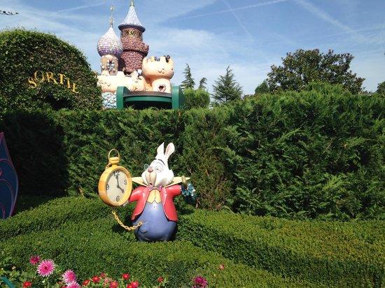 Disney Village: алиса в стране чудес