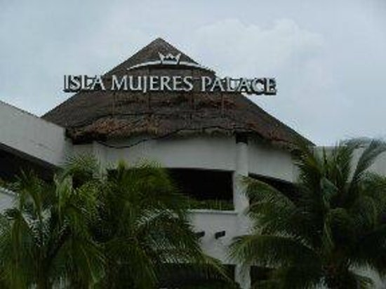 Isla Mujeres Palace: back of hotel from beach