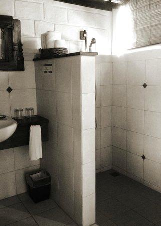 Munari Resort & Spa: clean bathroom