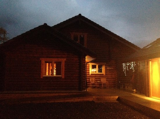 Redewater Lakeside Lodges: Ingram lodge at night