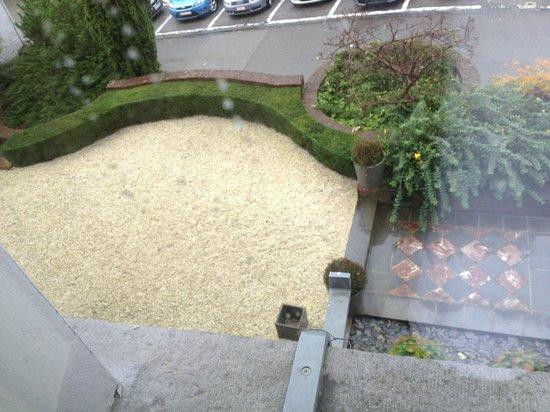 Le Castel Hotel Fosses-la-Ville: vue de la fenêtre de la chambre N°1 en baissant les yeux