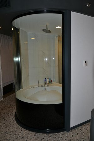 DoubleTree by Hilton Istanbul - Moda : Bathroom