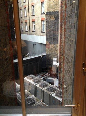 Radisson Blu Edwardian Bloomsbury Street: brrrr.... what a view :(