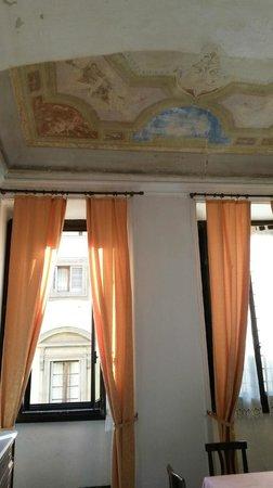 Hotel San Giovanni: Camera 3, soffitti alti e affreschi parzialmente conservati