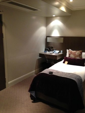 Radisson Blu Edwardian Bloomsbury Street: 2 single bads (why not double if single use?)